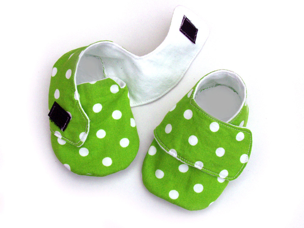 Baby Shoes, sneakers style, size 0-6 months in lime dots
